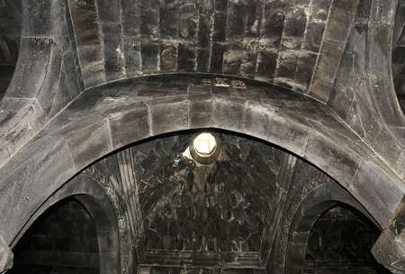 arcos de piedra: Arcos de piedra de la sala interior de una antigua iglesia armenia del siglo XIII