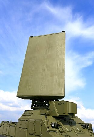 Militair mobiel radarstation, bestaande uit de rondom gelegen antenne en commandopost op een draaiend platform