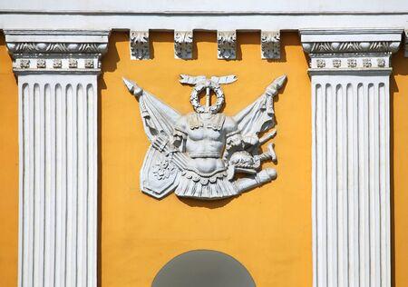 grecas: Calados en forma de un antiguo escudo en la pared de una mansi�n hist�rica Foto de archivo