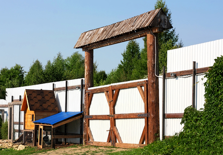 outbuilding: View of the wooden gate on the courtyard of the village farm Stock Photo