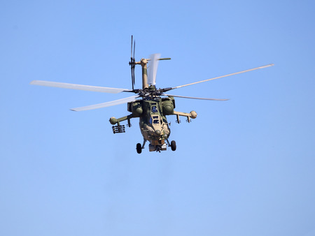 Perform  flight by the modern russian attack helicopter Mi 28 版權商用圖片 - 65573423