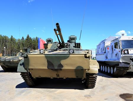 歩兵戦闘車 BMP 3 100 ミリ機関砲と機関銃