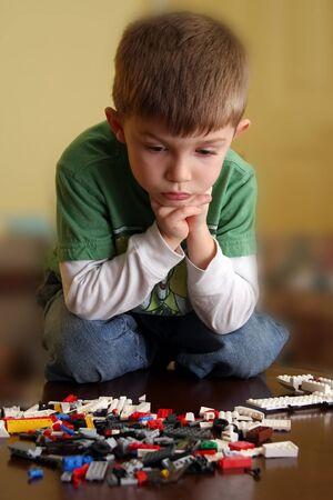 Yount jongen proberen te achterhalen van een blok-model.