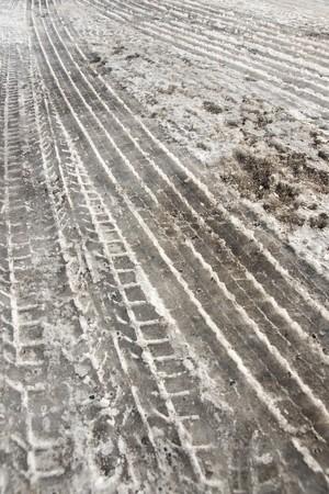 traces pneus: Pistes de pneus � neige sale