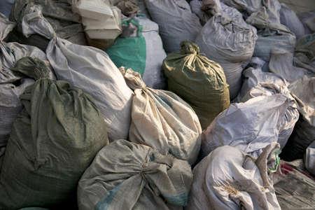 poubelle bleue: Sacs � ordures dans un tas. Banque d'images