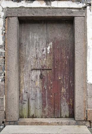 cerrar la puerta: Antigua puerta de madera con candado oxidado  Foto de archivo