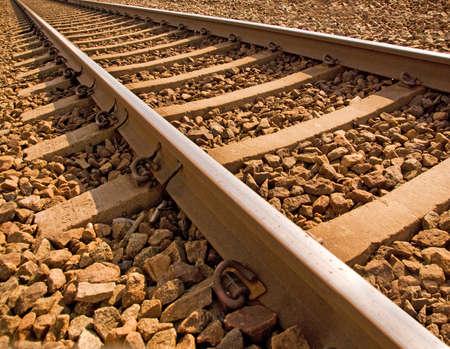 ferrocarril: Cerca de la v�a de ferrocarril en sol brillante  Foto de archivo