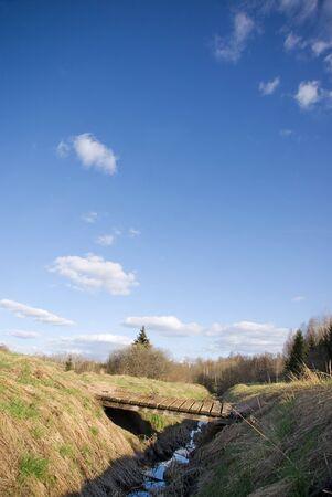 gully: Peque�o puente de madera sobre un barranco en un hermoso d�a  Foto de archivo