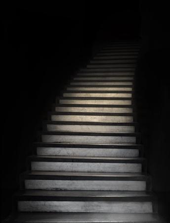 Escalera que conduce a la oscuridad desconocida