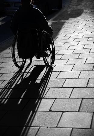 persona en silla de ruedas: Silueta de j�venes hombre en silla de ruedas