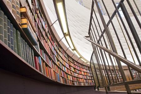 biblioteca: Caso de libro en una biblioteca con disminuci�n de perspectiva Foto de archivo