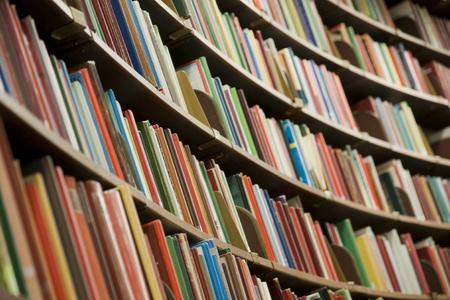 referenz: B�cherregal in Bibliothek mit viele B�cher. Shallow Dof.