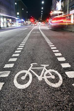 bicyclette: Symbole de la bicyclette sur rue dans la soir�e de la ville