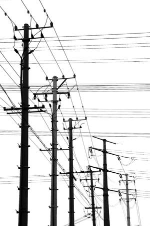 torres de alta tension: Postes de electricidad aislados en blanco