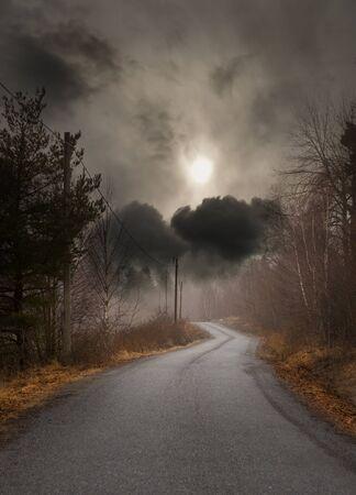 Schmale Landstraße am düsteren Herbsttag