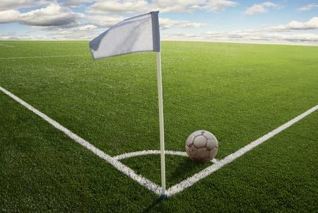 cancha de futbol: Bandera de esquina con la pelota en un campo de f�tbol