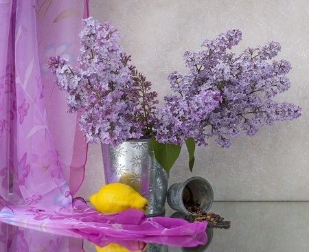 bunch up: Still life with lilac flowers in a pot