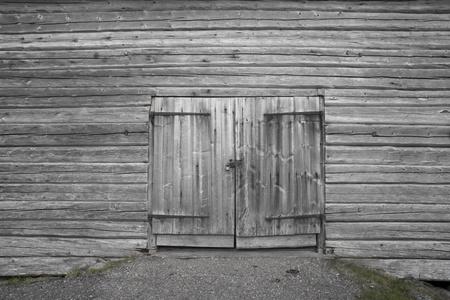 puertas antiguas: Dorr el viejo galp�n de madera gris Foto de archivo
