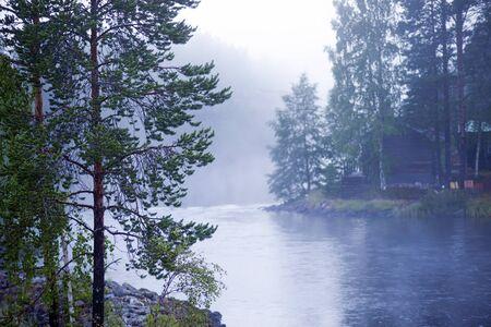 Niebla sobre un río en la madrugada