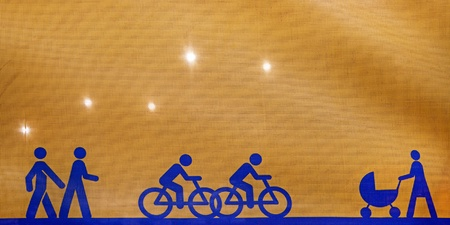 semaforo peatonal: Volver encendido tela de color amarillo con azul los ciclistas y peatones simbólicos, dirigiendo a la gente cómo conseguir alrededor de un sitio de construcción Foto de archivo