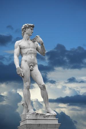 Statue von David am blauen Himmel mit weißen Wolken. Kopie der Originalrechnung in Florenz, Italien Standard-Bild - 11771108