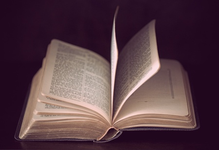 historias biblicas: Libro antiguo sobre fondo de madera oscura