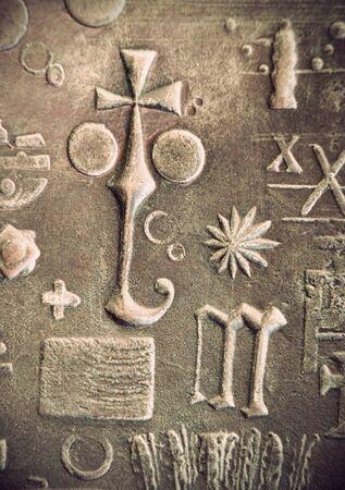 simbolos religiosos: Vintage s�mbolos religiosos en un metal Foto de archivo