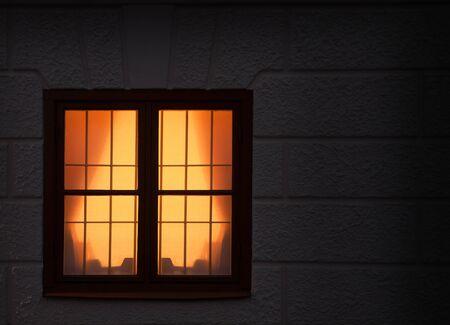 sipario chiuso: La luce gialla dalla finestra a tarda notte