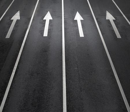 flecha derecha: Signos de flecha como marcas en la calzada en una calle Foto de archivo