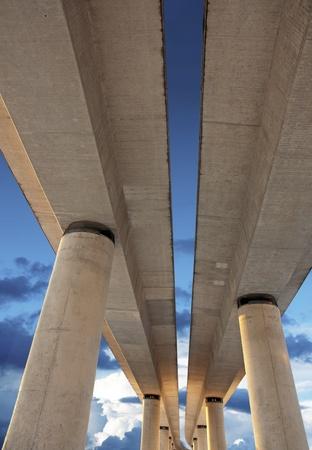 flyover: Verhoogde weg op kolommen op de blauwe hemel