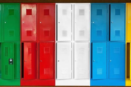 Wiersz z metalowych szafek w różnych kolorach