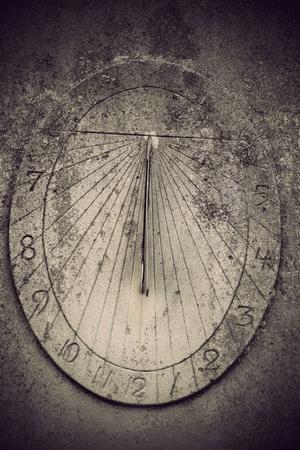 sonnenuhr: Close up der alten Sonnenuhr auf Fels