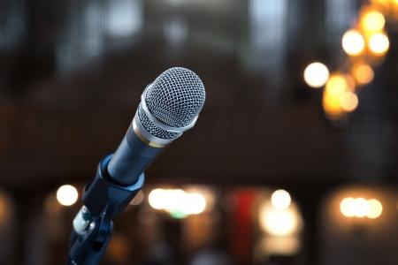 Nahaufnahme von Mikrofon in Konzertsaal oder Konferenzraum