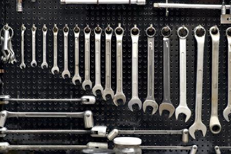 Wand mit vielen Werkzeugen in der Werkstatt Standard-Bild