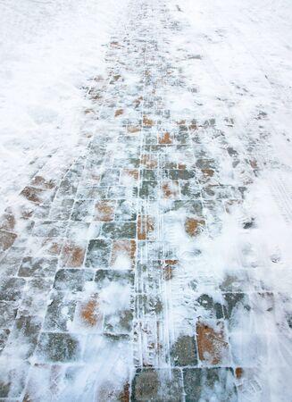 huellas de neumaticos: Unidad de baldosa cubierto de nieve, con huellas de neum�ticos Foto de archivo