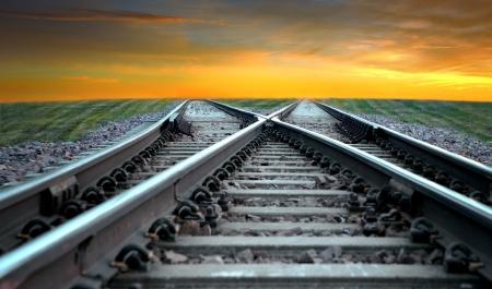 ferrocarril: Paisaje con el tren desapareci� en la puesta del sol Foto de archivo