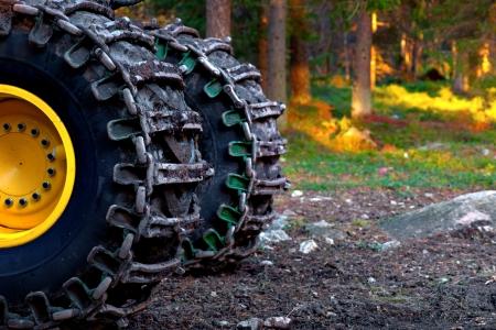 森林伐採に使われる重い車両の車輪 写真素材