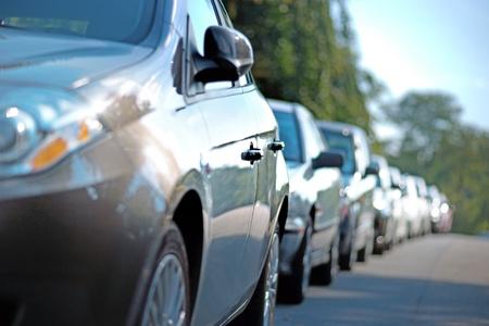 rząd zaparkowanych samochodów w strefie podmiejskiej