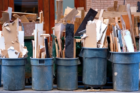 Reihe von Mülltonnen mit Schutt auf der Straße Standard-Bild