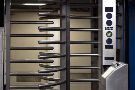 station m�tro: Entr�e avec porte tournante de la station de m�tro de New York