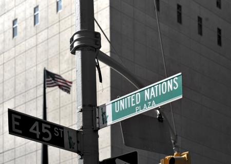 naciones unidas: Street sign fuera del edificio de la ONU en Nueva York Editorial