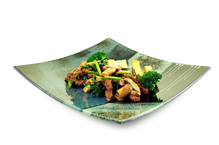 cebollin: Popularl plato chino con carne de res, el cebollino, secos tofu, champiñones y brócoli, aislado en blanco