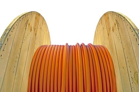 Wooden Kabeltrommel mit orange Kabel isoliert auf weiß