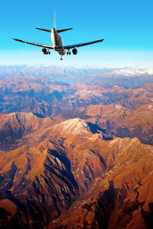 aviones pasajeros: aviones de pasajeros sobre el paisaje de monta�a