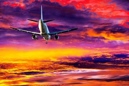 aviones pasajeros: avi�n de pasajeros en el cielo de colores el cielo antes del atardecer Foto de archivo