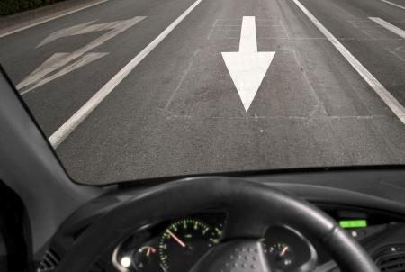 Jazdy samochodem przed ruchu na drodze asfaltowej