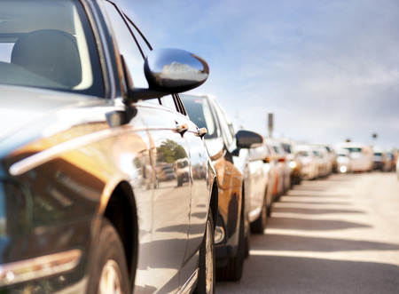 Parkierten Autos mit Reflexion der Verkehr und Gebäude Standard-Bild
