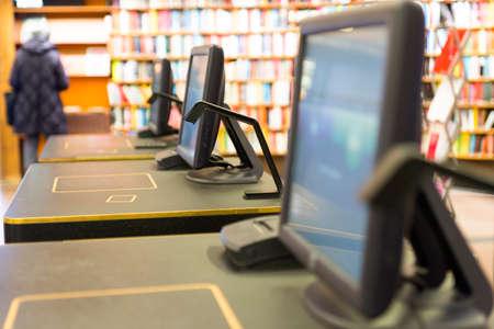 tomar prestado: escritorio para el pr�stamo o devolver libros en la biblioteca p�blica