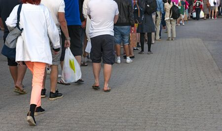 file d attente: Pieds de personnes dans des vêtements décontractés qui attendent patiemment en ligne Banque d'images