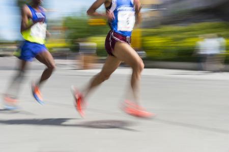hombres corriendo: Dos hombres en el movimiento borroso en la competencia corriendo